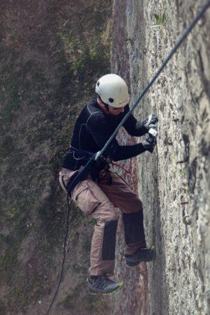 helmet-man-line-climb-rock